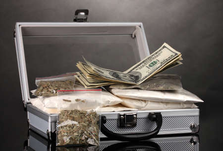 amphetamine: La coca�na y marihuana en una maleta aislados en blanco