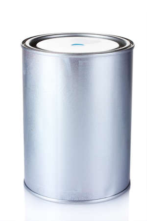 tin cans: gesloten tin kan met verf op een witte Stockfoto
