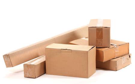 stockpiling: Cajas de cart?n marrones aislados en blanco