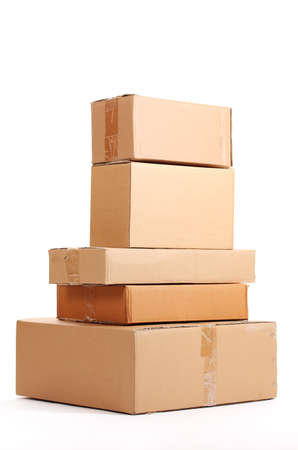 stockpiling: Cajas de cart�n marrones aislados en blanco