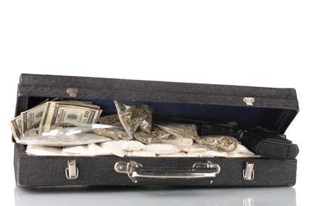 amphetamine: La coca�na y la marihuana con el arma en una maleta aislados en blanco