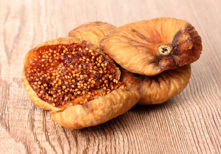 frutas secas: seca deliciosa higos en el fondo de madera