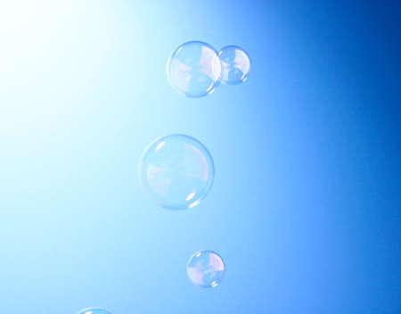 Seifenblase auf blauem Hintergrund