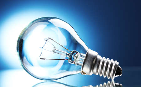 ampoule: Ampoule sur fond bleu Banque d'images
