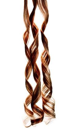 Cheveux bruns bouclés isolé sur blanc