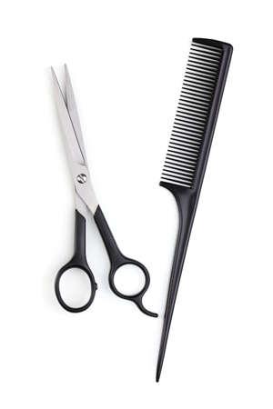 saloon: Tijeras para cortar el cabello y peine aislados en blanco
