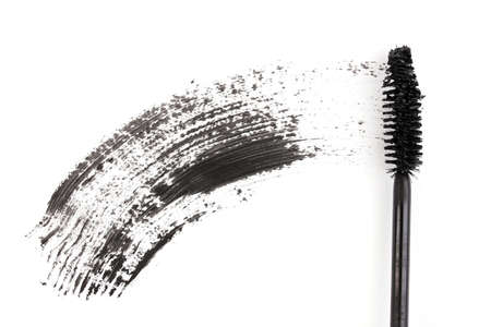 Trazo negro cepillo del rimel aislado en blanco