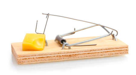 mousetrap: Trappola per topi con il pezzo di formaggio isolato su bianco