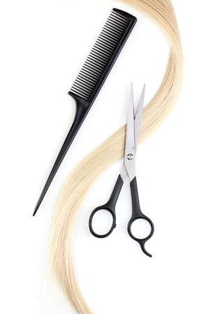 peluquerias: Cabello brillante rubia con unas tijeras de corte de pelo y un peine aislados en blanco