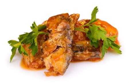 sardinas: Sabrosos espetos de sardinas en un plato plano en la estera de madera sobre fondo marr�n