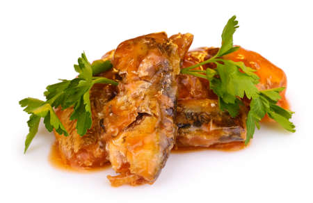 sardine: Sardine gustosi sulla piastra close-up sulla stuoia di legno su sfondo marrone