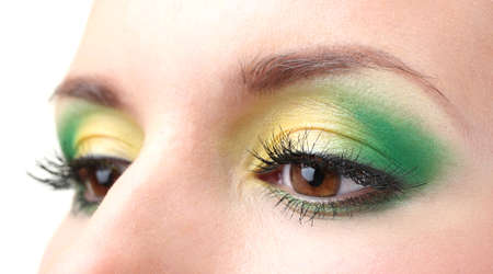 ojos marrones: hermosos ojos femeninos con maquillaje brillante