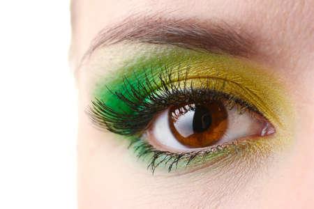 brown eyes: hermoso ojo femenino con maquillaje brillante