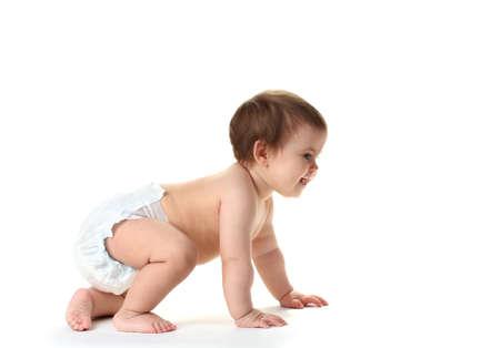 bebe sentado: Niña linda bebé que gatea aislado en blanco Foto de archivo