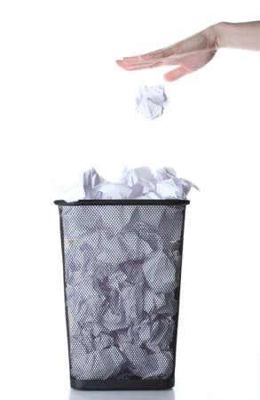 Śmieciarka: rÄ™ka bÄ™dzie Å›mieci w koszu metalowym z papieru na biaÅ'ym