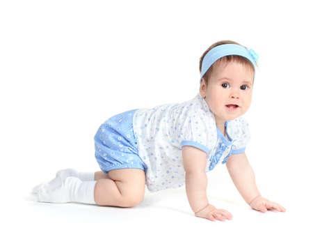 Petite fille mignonne ramper isolé sur blanc