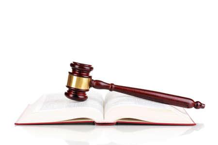 juge marteau: Livre marteau et ouvert juge isol� sur blanc Banque d'images