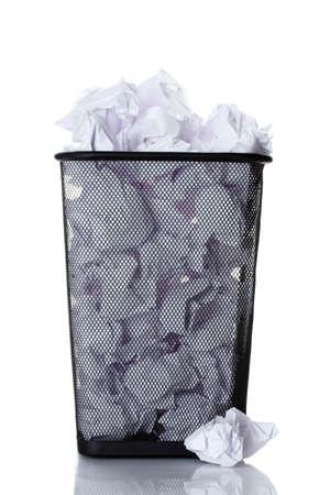 trash basket: recipiente met�lico de basura de papel aislado en blanco