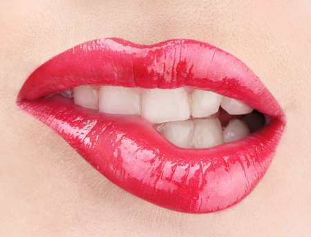 매력적인 빨간 광택 입술의 아름다운 메이크 업