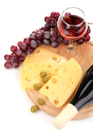 Botella de vino con una gran copa de vino y queso aislado en blanco Foto de archivo - 12912948