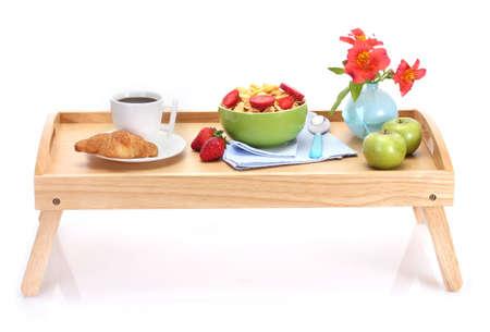 bandejas: desayuno ligero en la bandeja de madera aislado en blanco