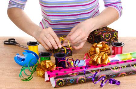lazo regalo: Envolver los regalos rodeado de papel, cintas y lazos