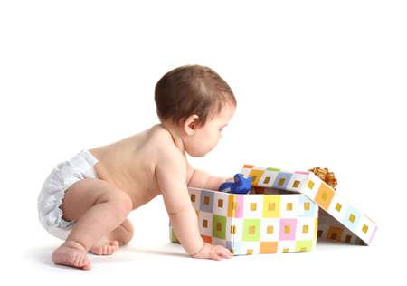 bebe gateando: Ni�a linda y caja de regalo aislado en blanco Foto de archivo