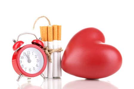 enfermedades del corazon: Los cigarrillos atado con una cuerda y la mecha isolateed en blanco Foto de archivo