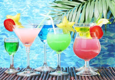zomers drankje: Glazen van cocktails op tafel op de blauwe zee achtergrond Stockfoto
