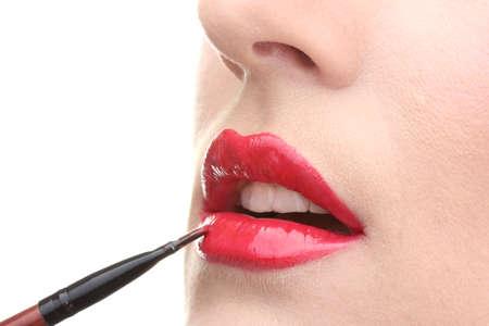 labios sexy: mujer hermosa aplicación de brillo de labios