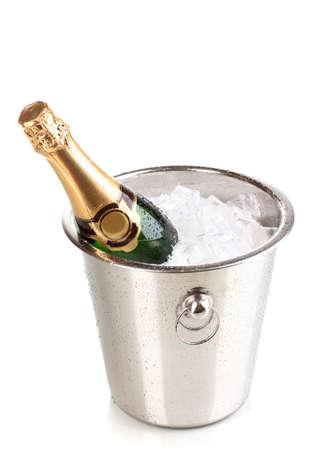 botella champagne: Botella de champán en un cubo aislado en blanco