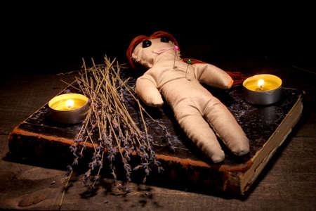 poup�e: Poup�e vaudou fille sur une table en bois dans la lueur des bougies Banque d'images