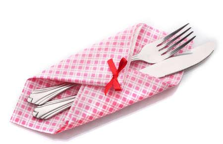 cubiertos de plata: Tenedor y cuchillo en una tela a cuadros con un arco aislado en blanco