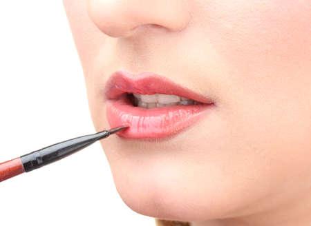 mujer hermosa aplicación de brillo de labios