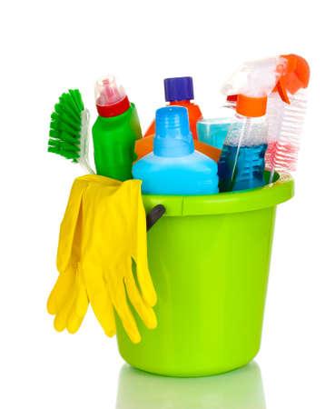 cleaning products: Artículos de limpieza en un cubo aislado en blanco