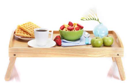 desayuno ligero en la bandeja de madera aislado en blanco