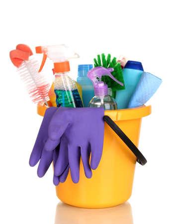 limpieza del hogar: Art�culos de limpieza en un cubo aislado en blanco