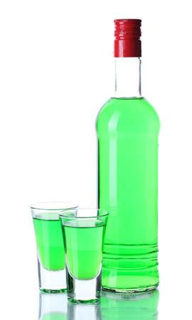 ajenjo: vidrios de botella y dos de absenta aislado en blanco
