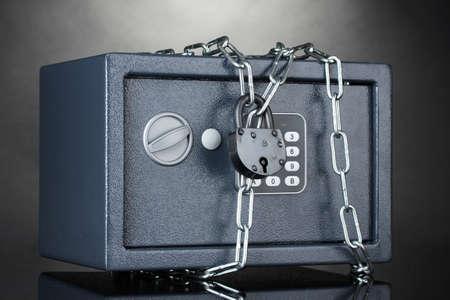 caja fuerte: segura con la cadena y de bloqueo en el fondo gris Foto de archivo