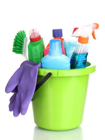 productos quimicos: Artículos de limpieza en un cubo aislado en blanco