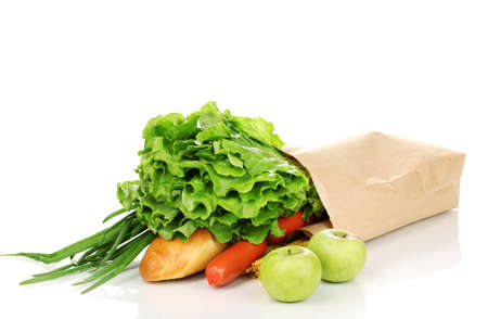 Papieren zak met voedsel op wit wordt geïsoleerd