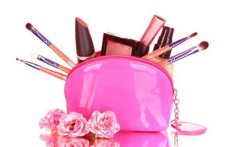 Make up bag con i cosmetici e pennelli su sfondo rosa Archivio Fotografico