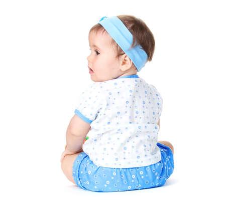 bebe gateando: Niña linda bebé que se sienta aislado en blanco Foto de archivo