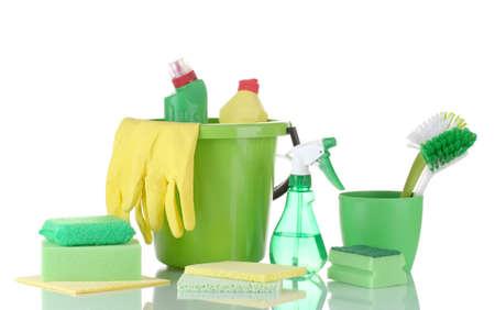 limpieza del hogar: productos de limpieza aislados en blanco