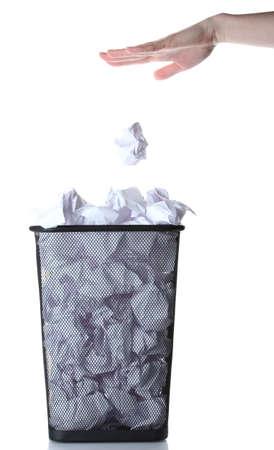 hand gaan vuilnis in metalen vuilnisbak van papier op wit wordt geïsoleerd