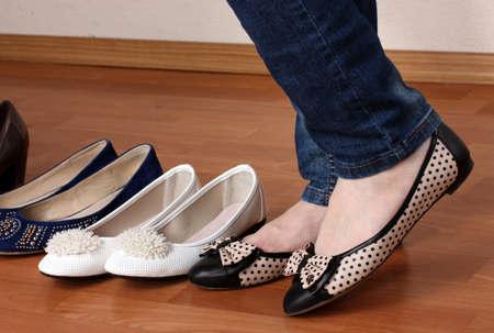Mujer en el ballet zapatos planos sobre fondo de madera photo