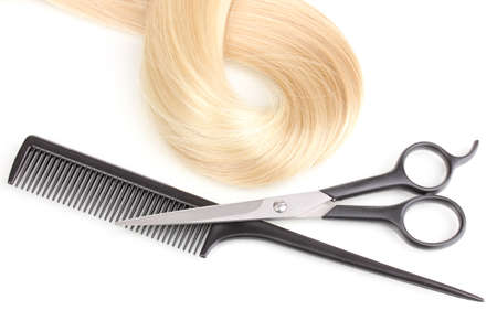 Cabello brillante rubia con unas tijeras de corte de pelo y un peine aislados en blanco
