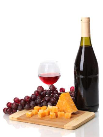 Botella de vino con una gran copa de vino y queso aislado en blanco Foto de archivo - 13438325