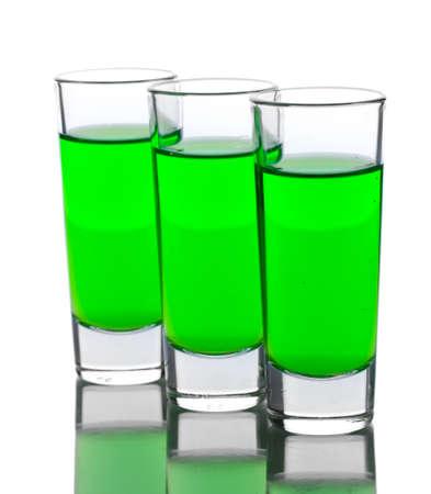 ajenjo: tres vasos de absenta aislado en blanco
