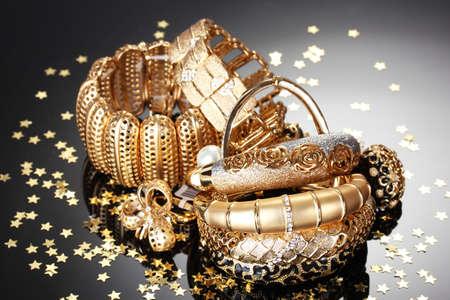 Mooie gouden juwelen op grijze achtergrond Stockfoto